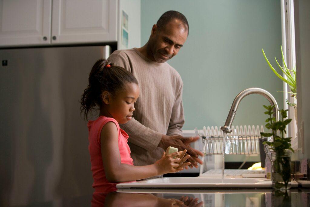 Vater mit Tochter in der Küche